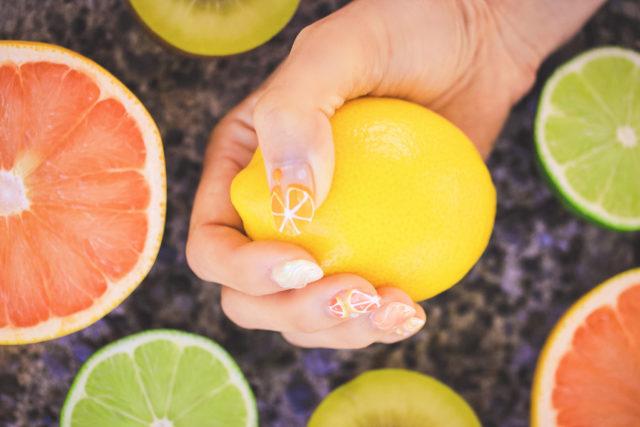 レモンを握る手